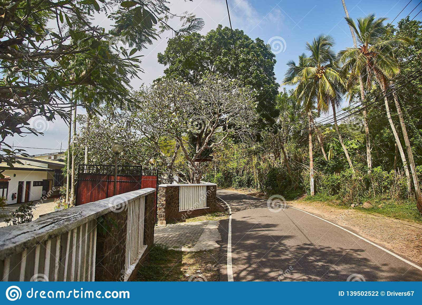 Väg till djungelstranden Unawatuna Hotell på vägen