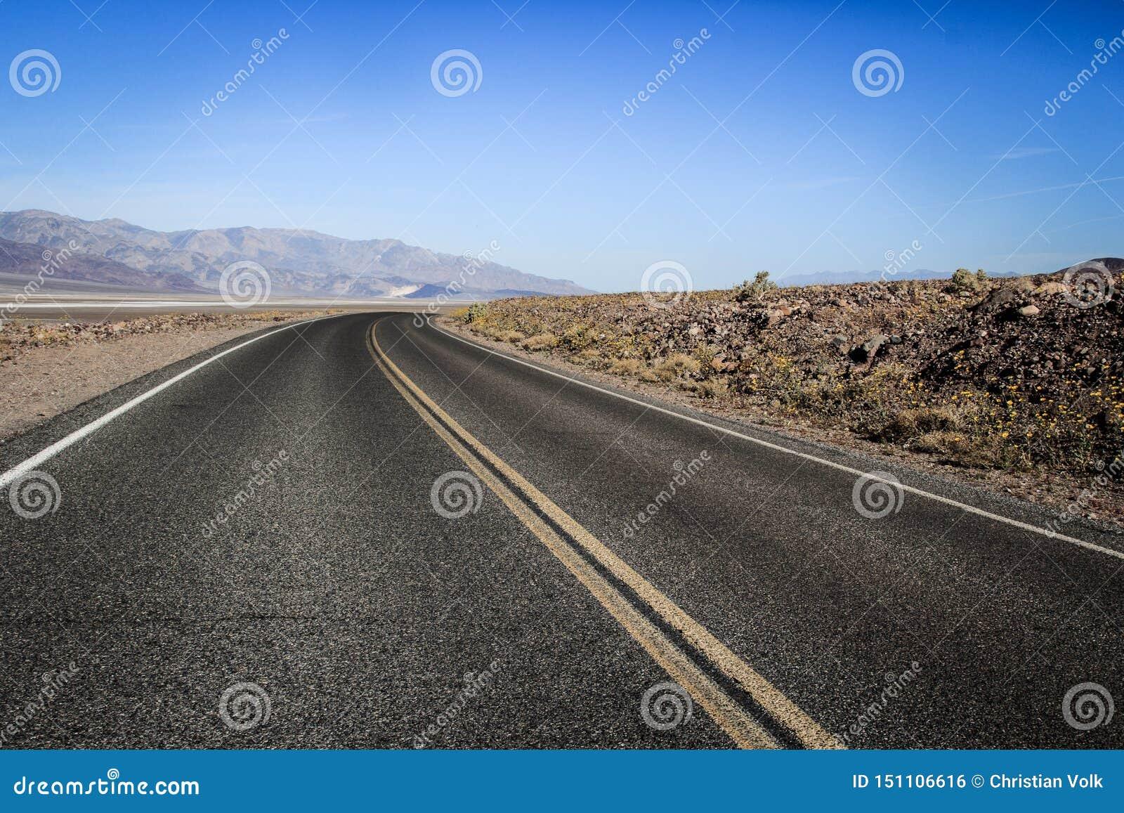 Väg till och med mitten av Death Valley