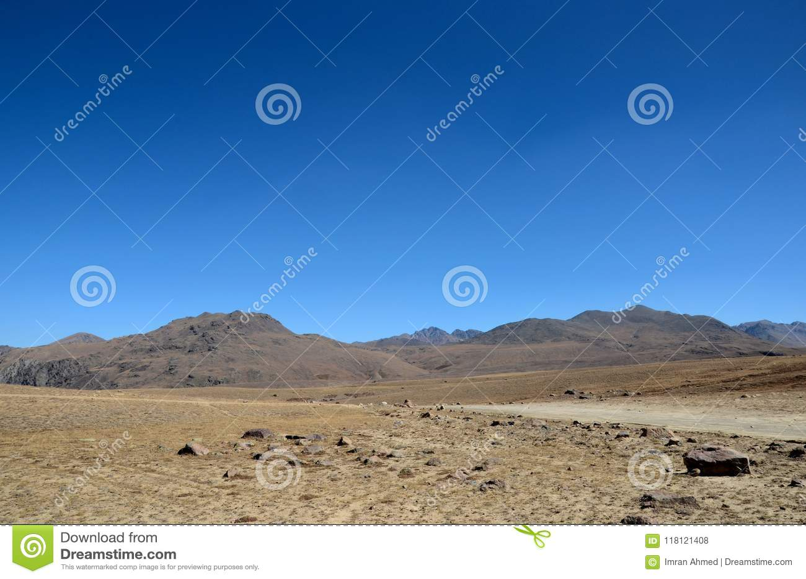 Vägar dela sig i torra och karga Deosai slättar Gilgit-Baltistan Pakistan