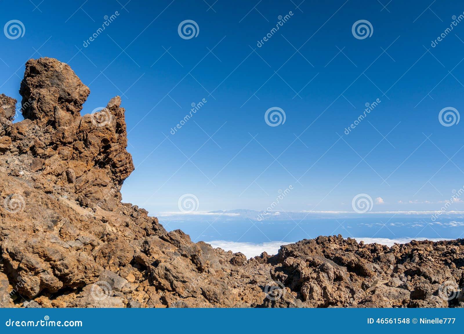 Vägar och stenig lava av vulkan Teide