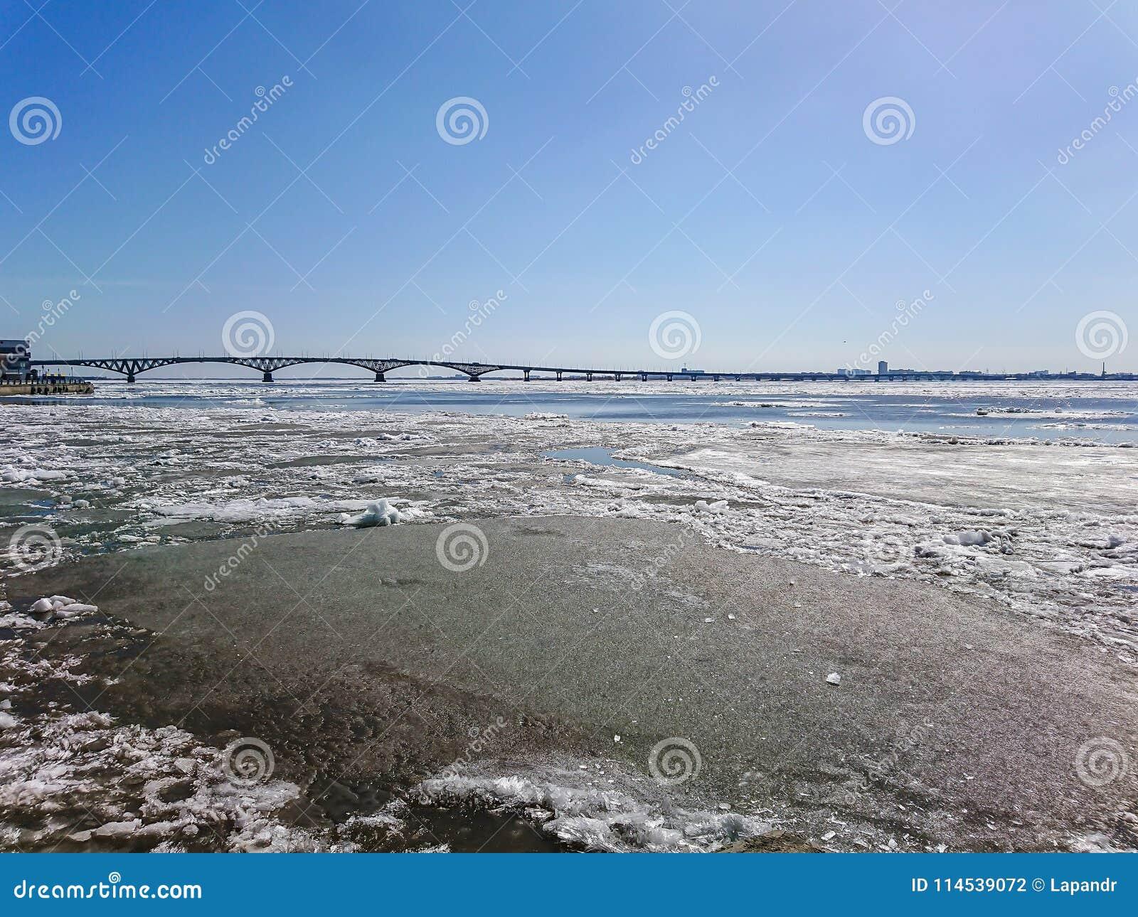 Vägbro över Volgaet River mellan Saratov och Engels, Ryssland Isdriva på floden i vår