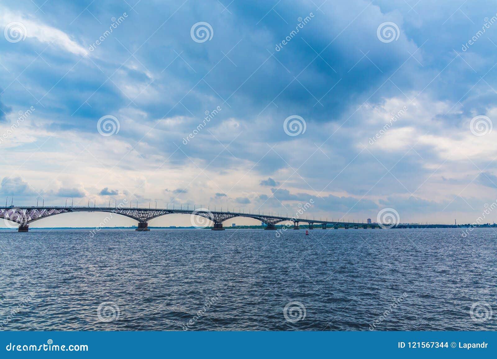 Vägbro över Volgaet River mellan Saratov och Engels, Ryssland Molnig sommardag