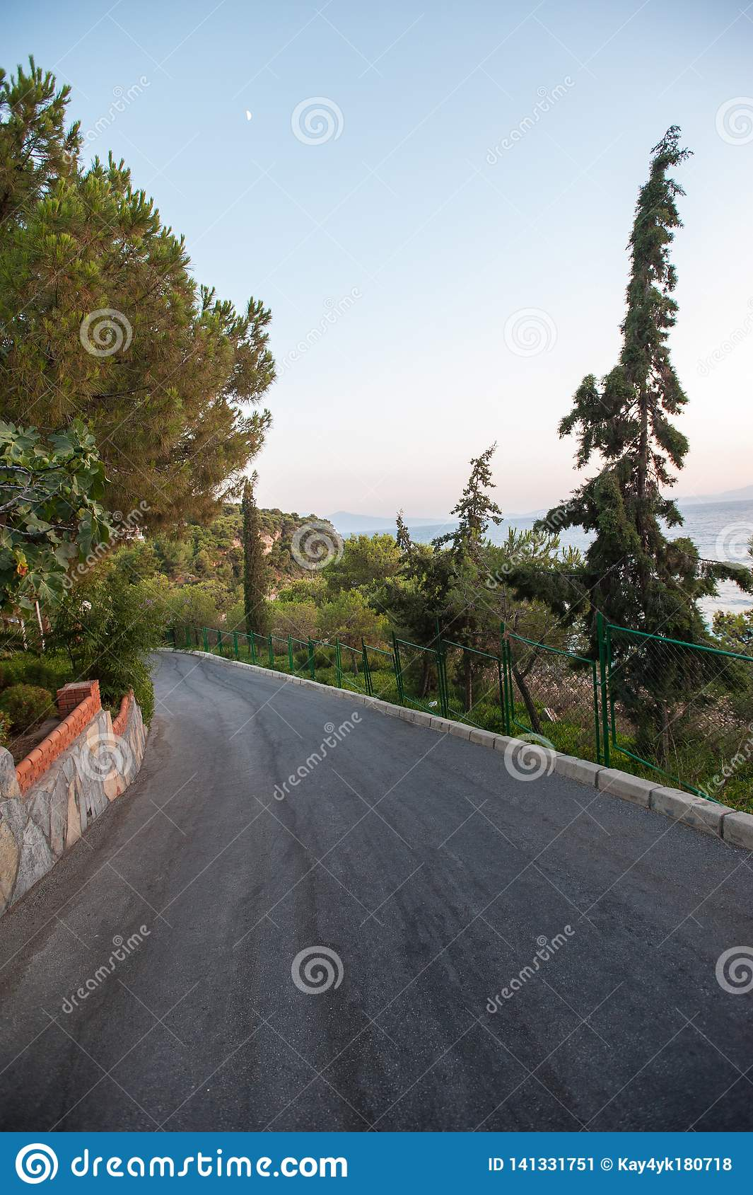 Vägen kommer ner från berget till havet