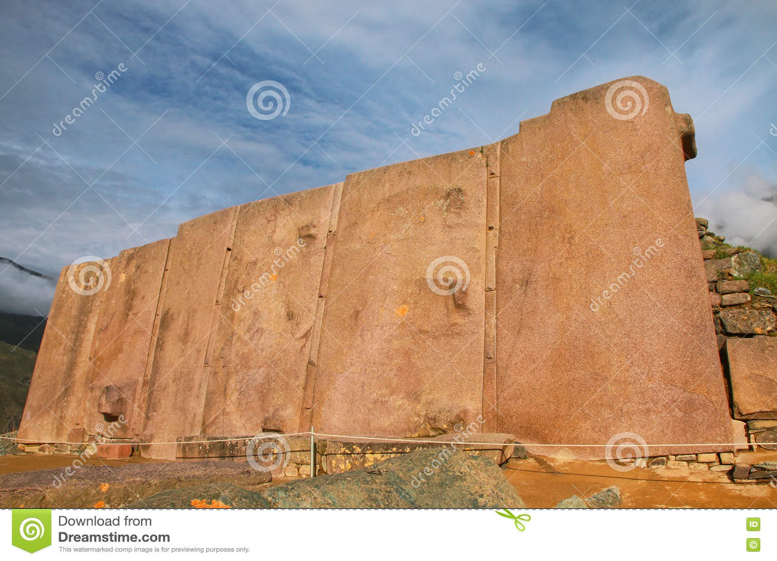Vägg av de sex monoliterna på Inca Fortress i Ollantaytambo, per