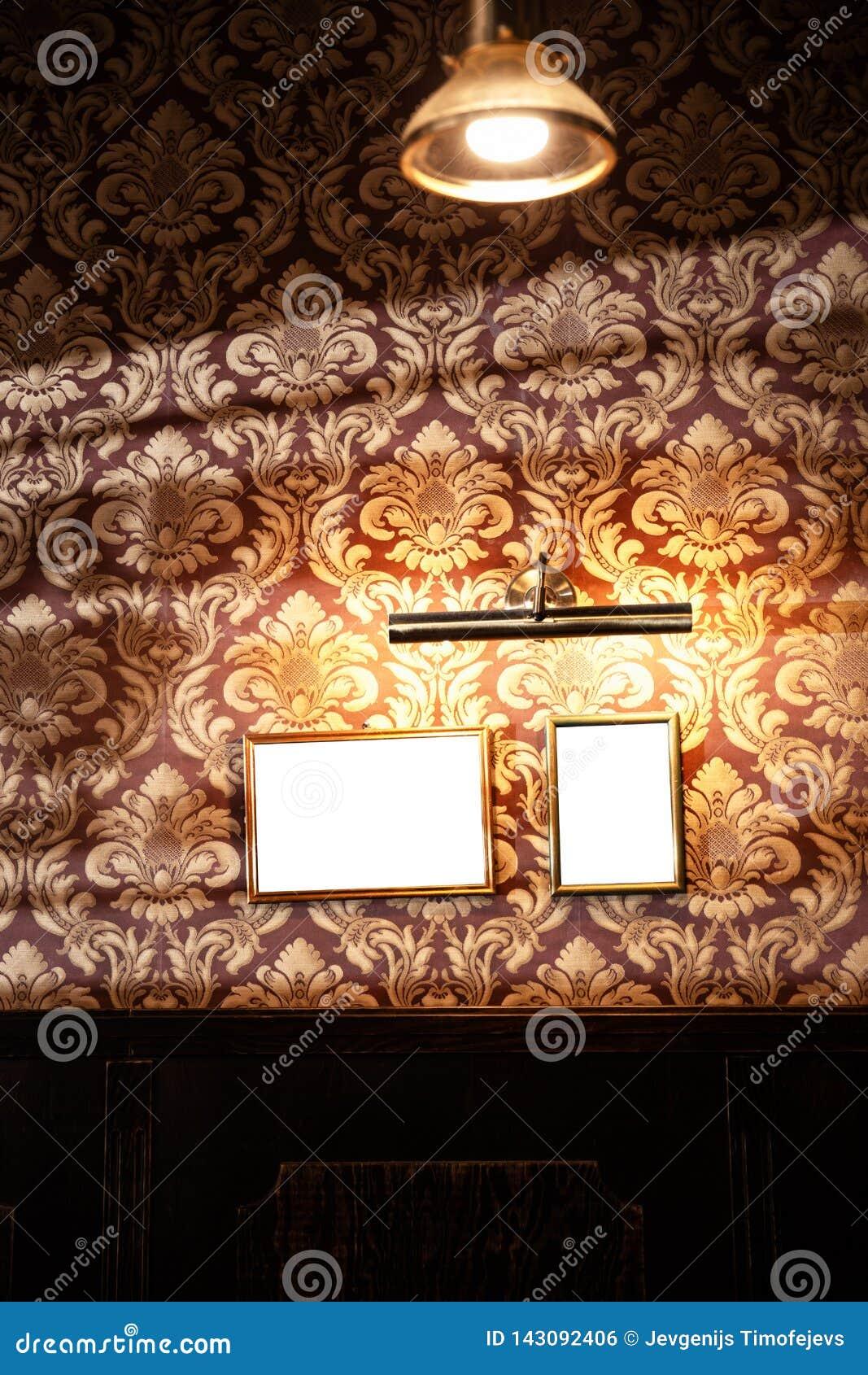 Vägg av tomma ramar och whiteboards i barinre - åtlöje upp, affischtavla, annonsutrymme inomhus