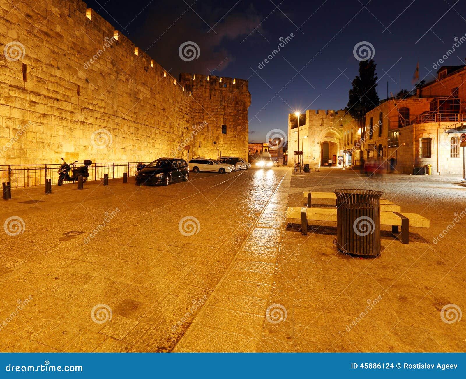 Väggar av den forntida staden på natten, Jerusalem