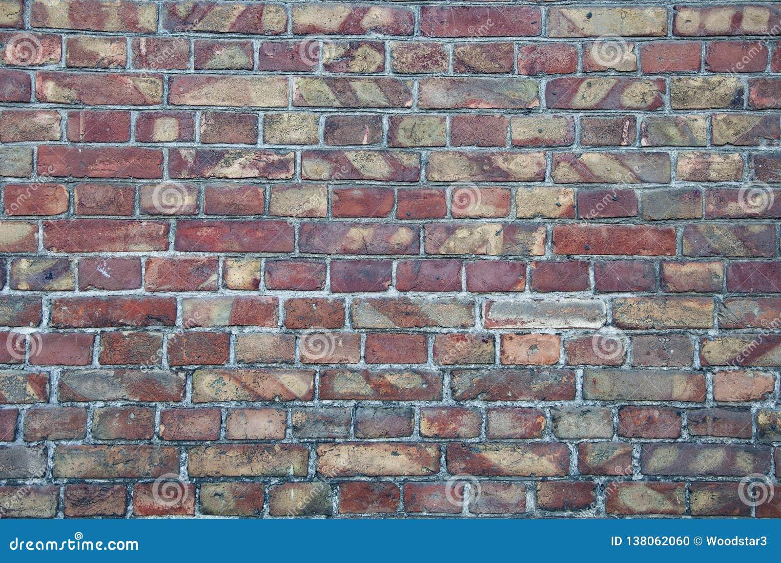 Väggbakgrund från gamla tegelstenar Sprickor skada, skrapor på smutsiga tegelstenar