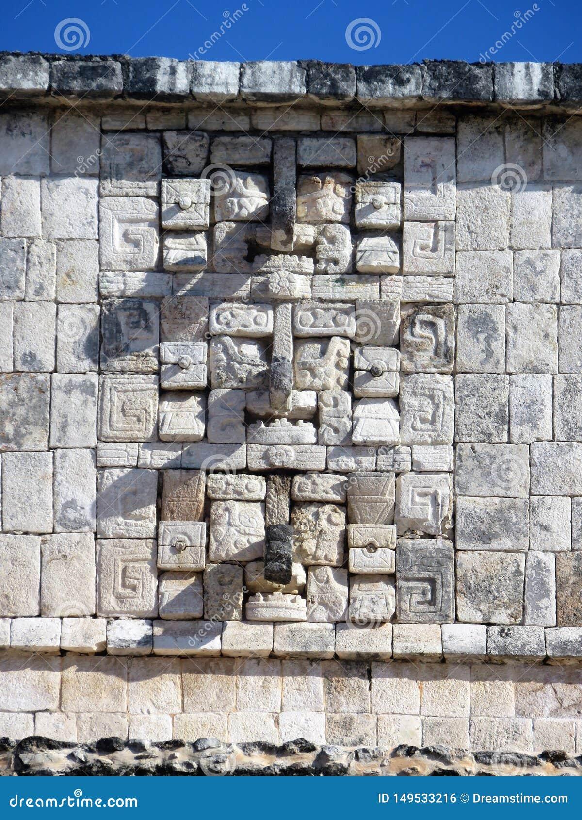 Väggen chichen itzaen Mexiko med masques och vaggar in