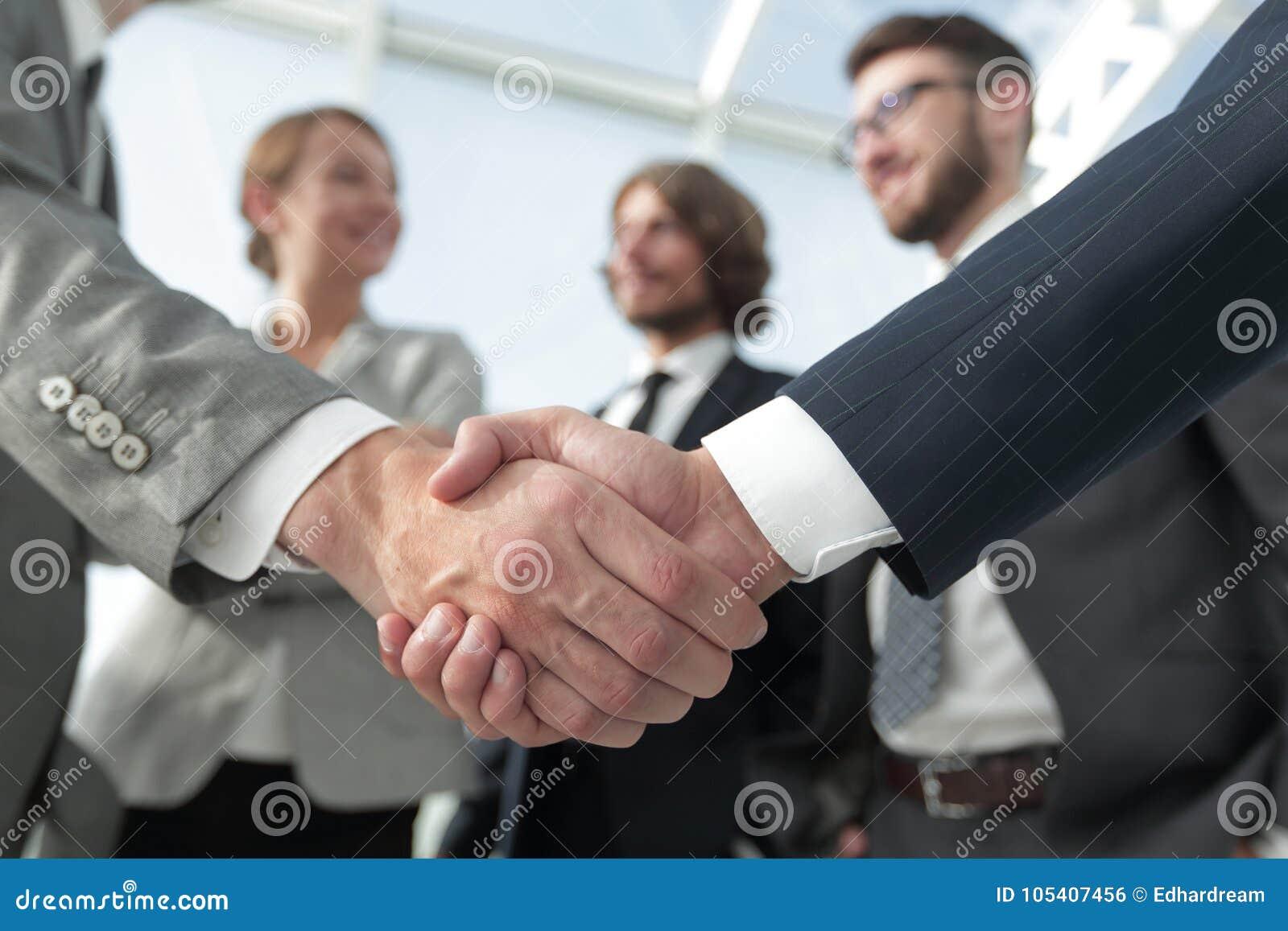 Välkomnande- och handskakningaffärsfolk