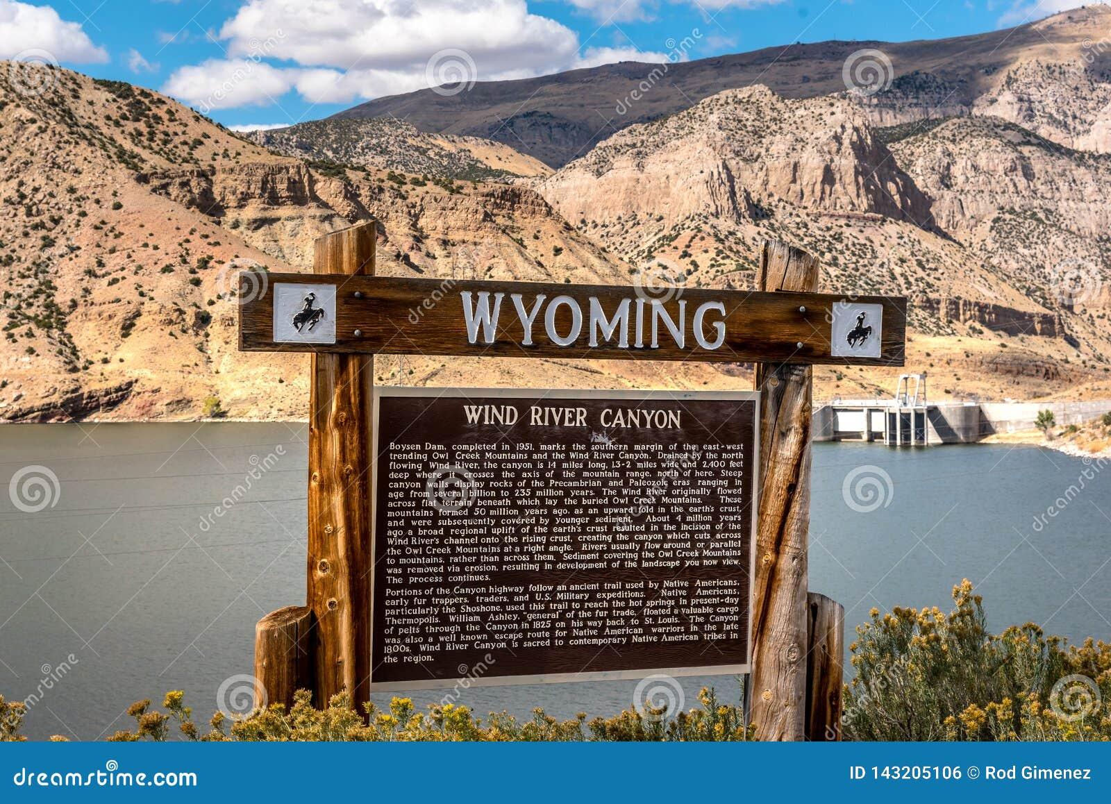 Välkomnande till det Wyoming tecknet till den Wind River kanjonen