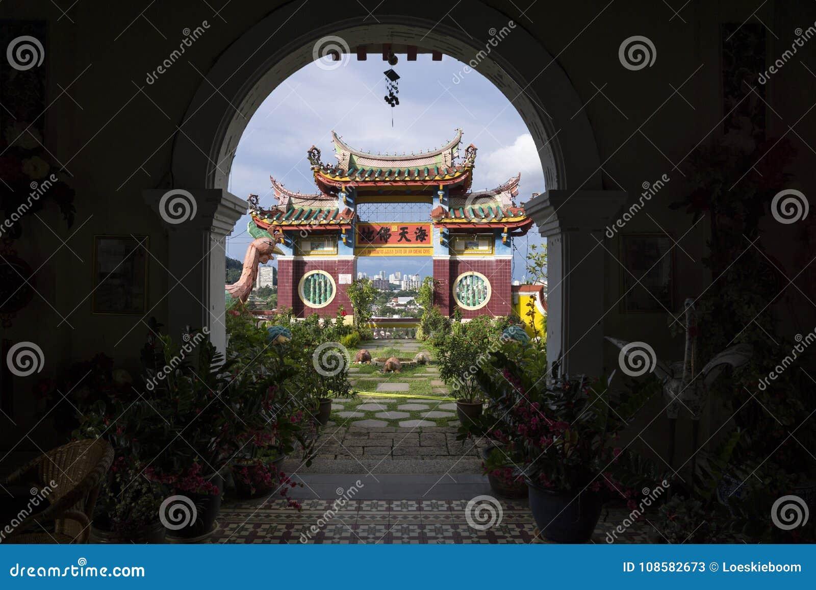 Välva sig på den Kek Lok Si templet som förbiser templet och horisont av Georgetown, Penang, Malaysia