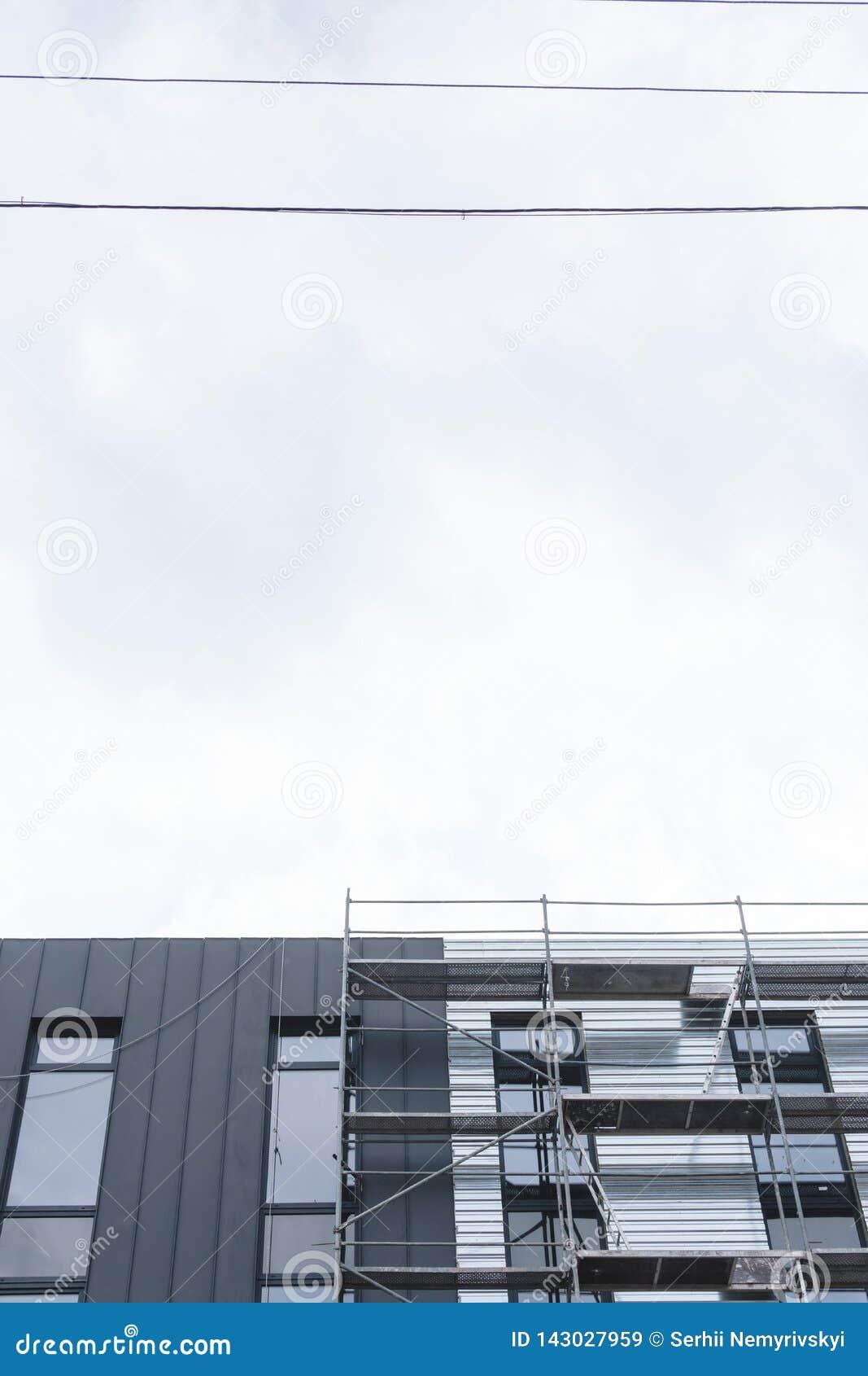 Vända mot arbeten, installation av utrustning, material till byggnadsställning Konstruktions- och konstruktionsservicebegrepp, st