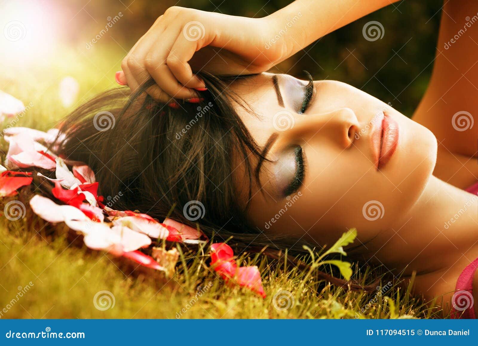 Vända mot closeupen av kvinnan med det utomhus- skönhetsminket