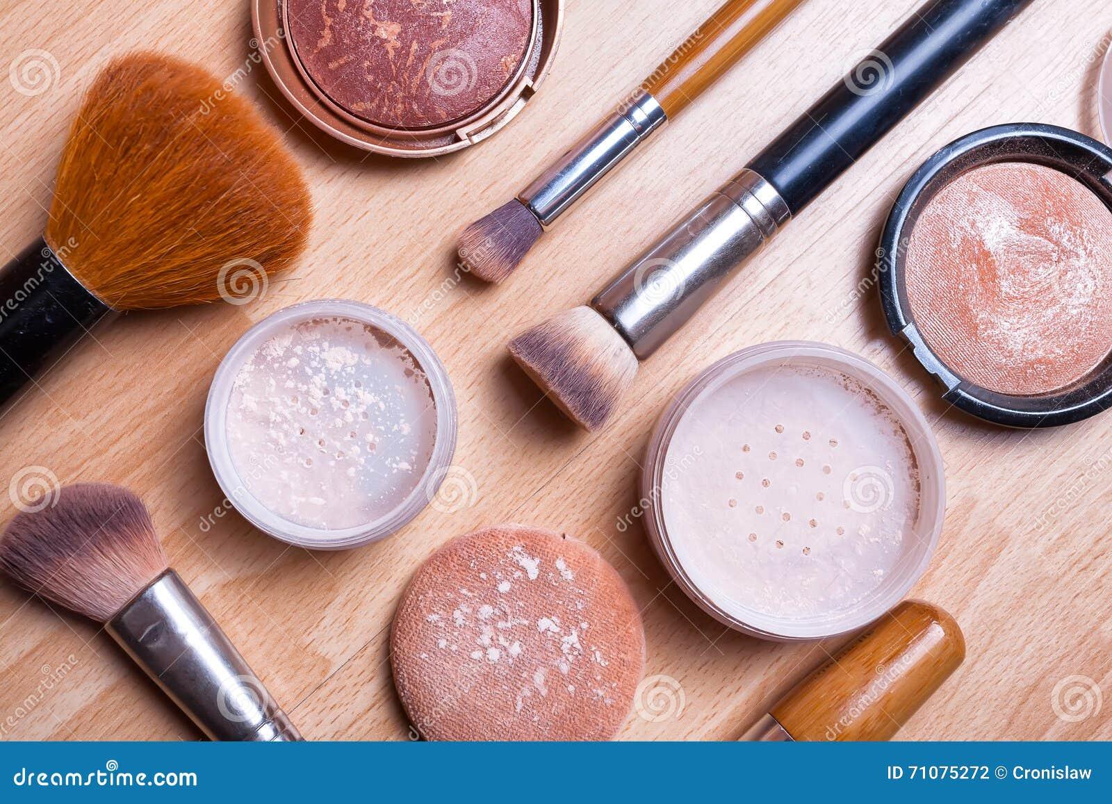 Vända Mot Makeupskönhetsmedel På Ett Ljust Trägolv Arkivfoto ...