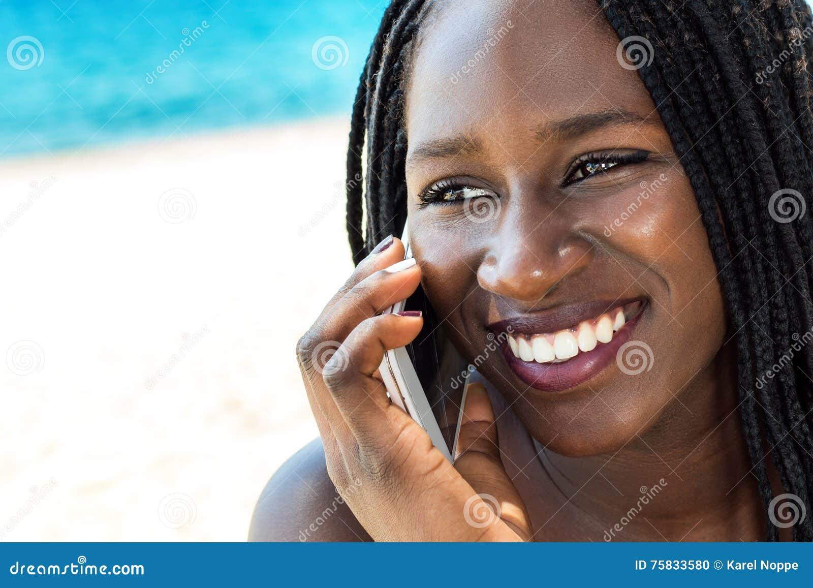 Vända mot skottet av den afrikanska tonåriga flickan som har konversation på telefonen