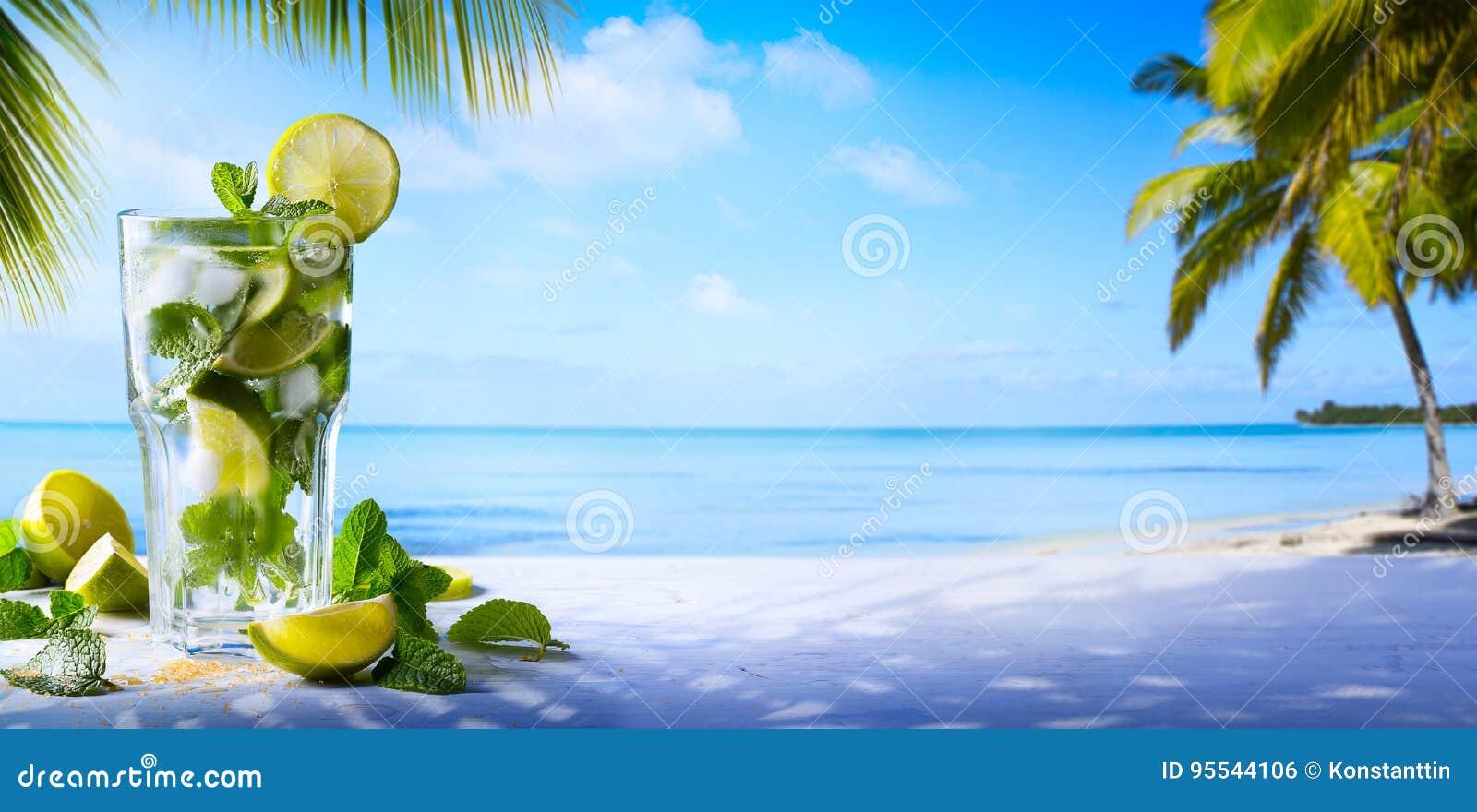 Vändkretssommarsemester; Exotiska drinkar på tropisk strandbac för suddighet