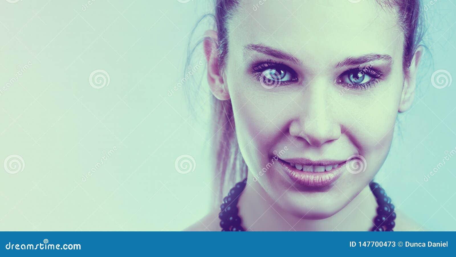 Vänlig kvinna med den härliga framsidan och blåa ögon