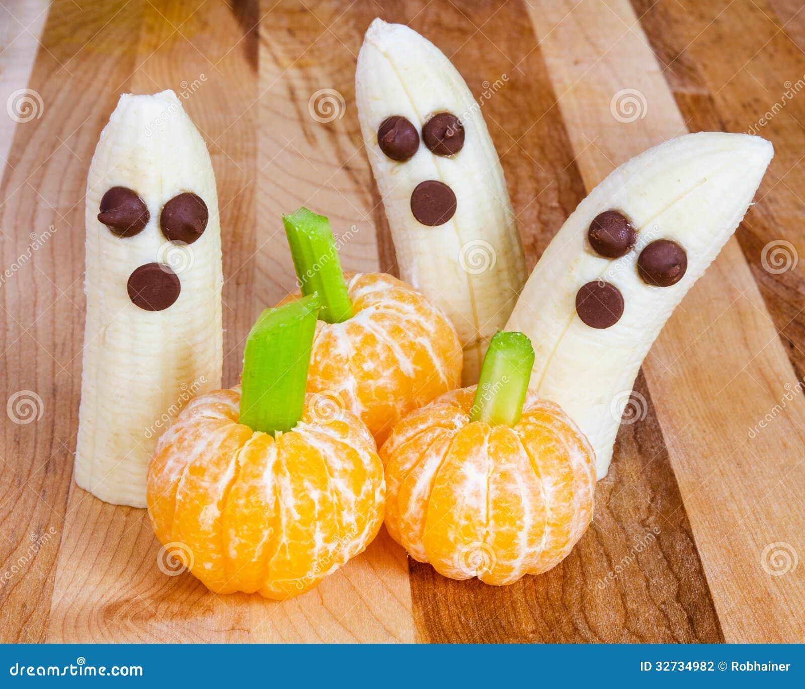Vänliga fester för allhelgonaaftonbarn med bananer och clementines