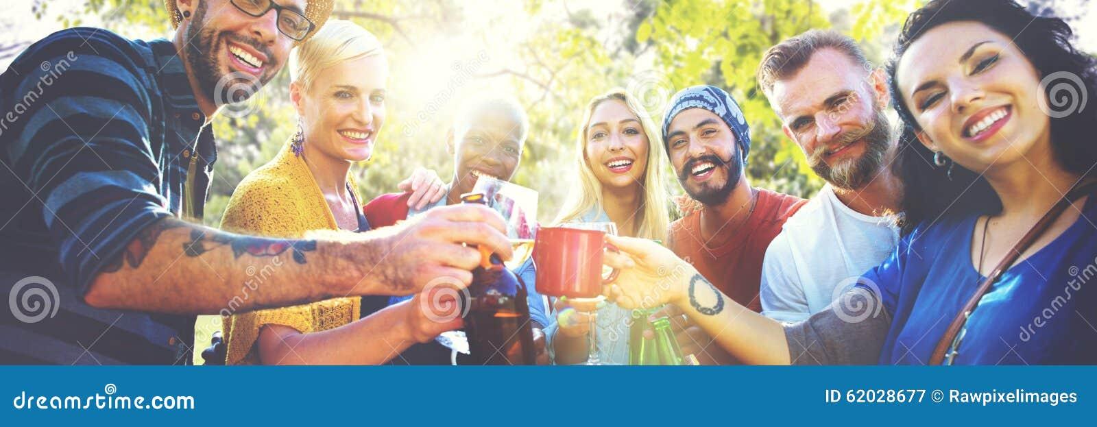 Vännen firar glad livsstil för partipicknick som dricker begrepp