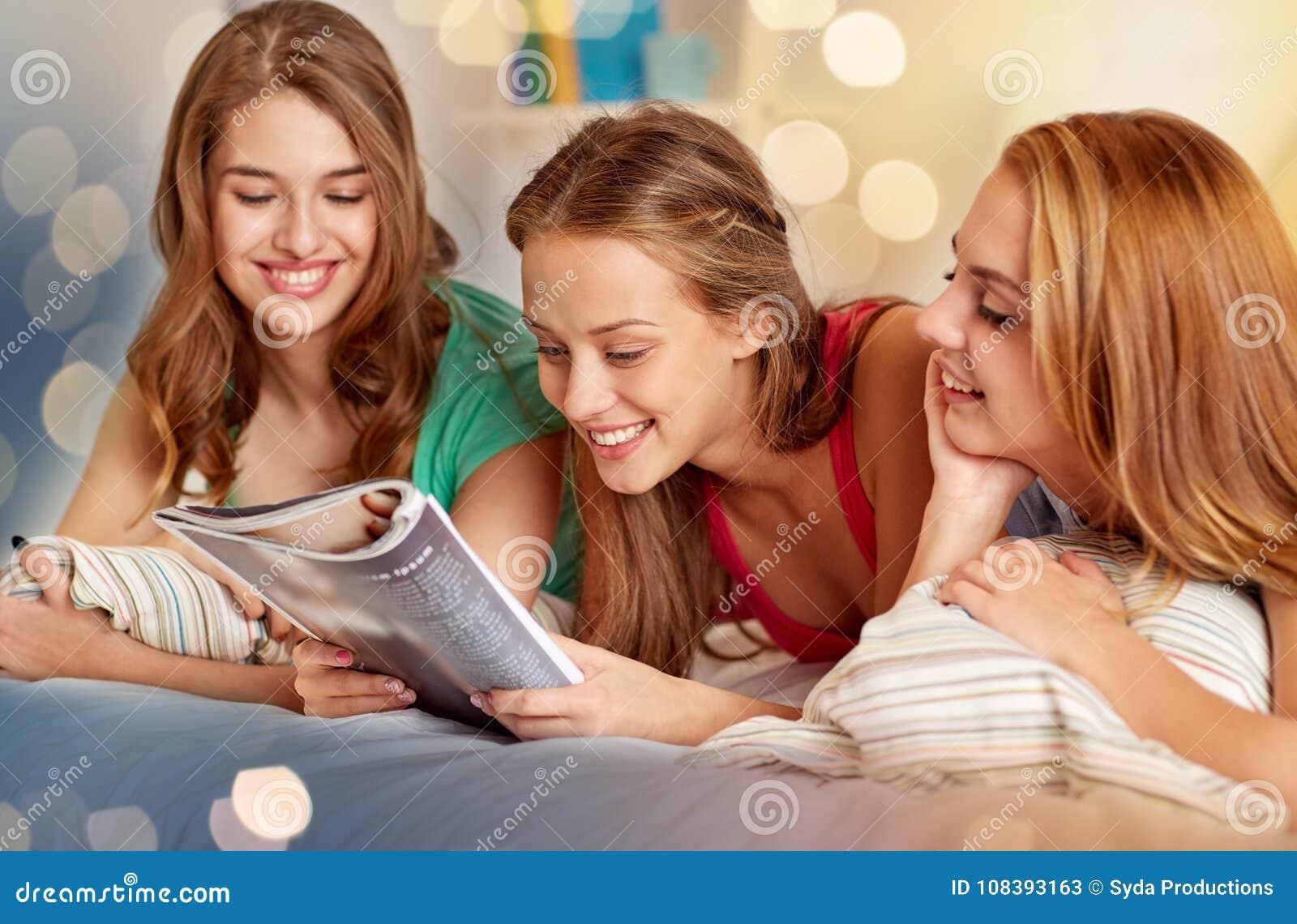 Vänner eller tonåriga flickor som hemma läser tidskriften