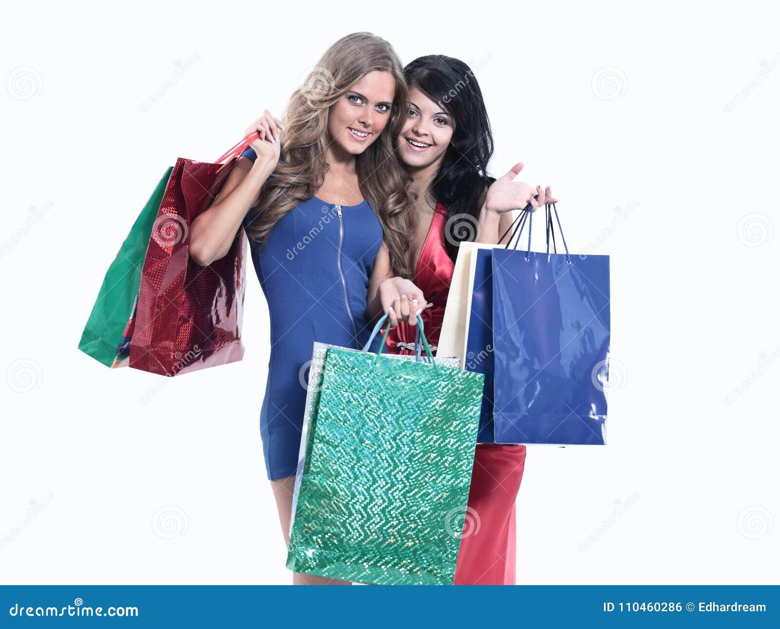 Vänner med shoppingpåsar som isoleras på vit