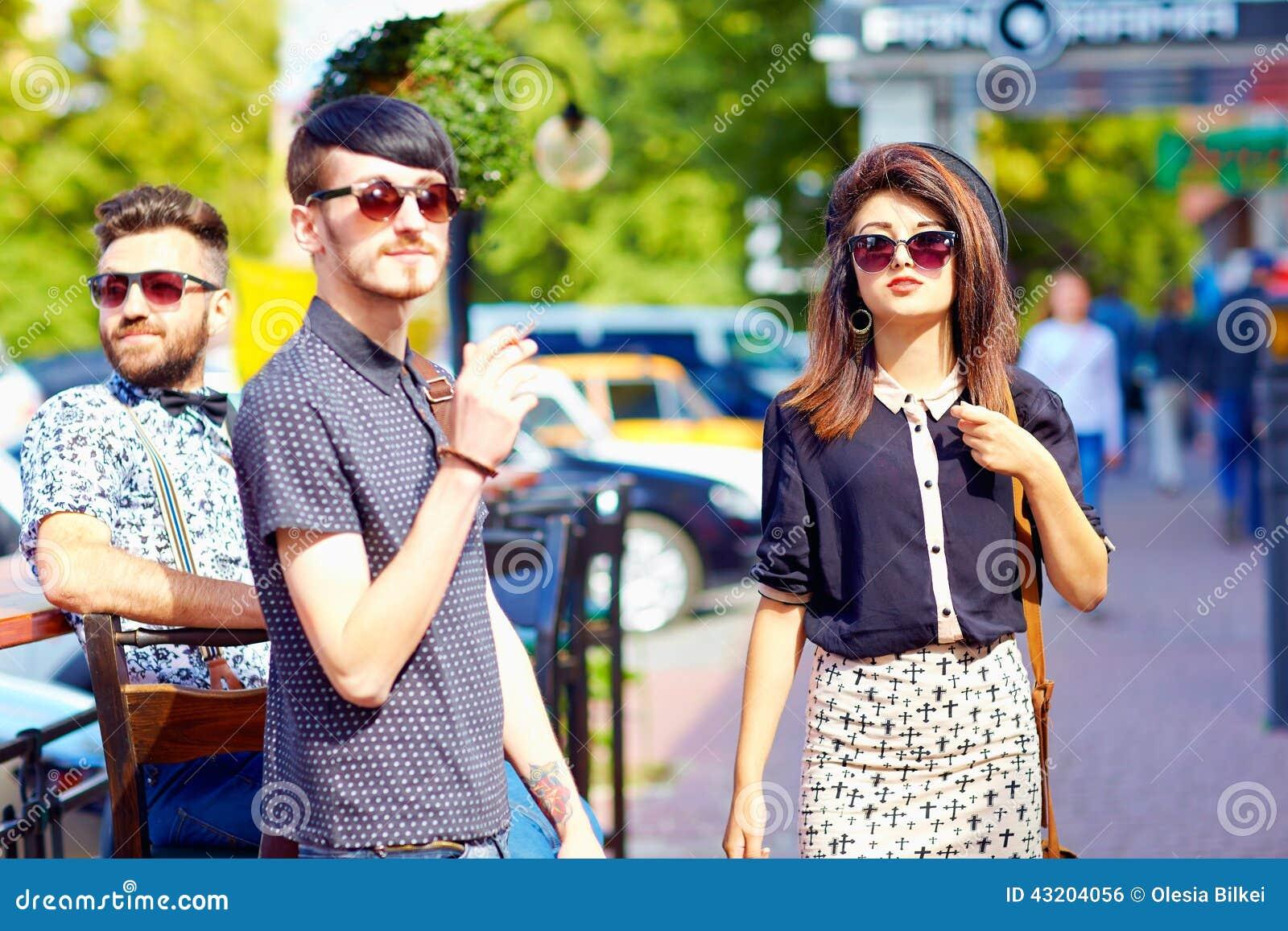Download Vänner På Stadsgatan, Ungdomkultur Arkivfoto - Bild av mode, modernt: 43204056
