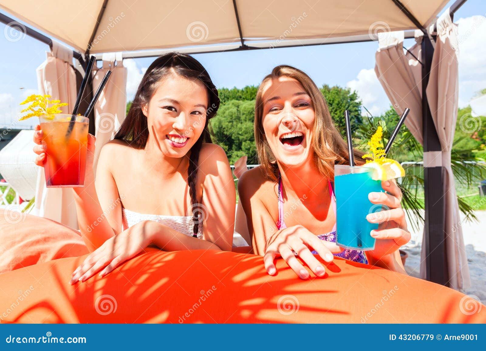 Download Vänner Som Dricker Coctailar I Strandstång Fotografering för Bildbyråer - Bild av dricka, härlig: 43206779
