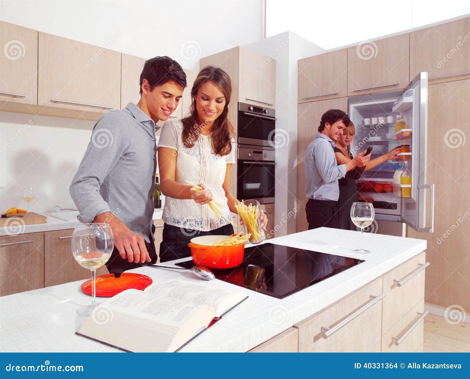 Vänner som förbereder spagetti