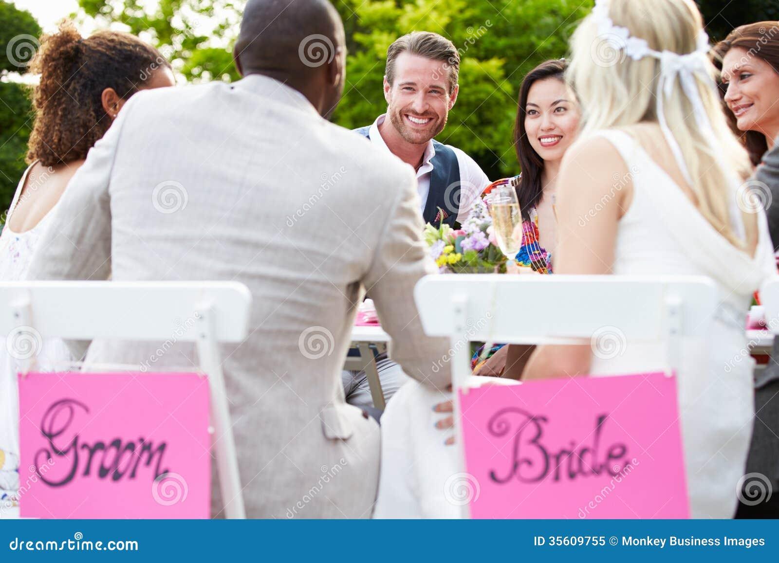 Vänner som föreslår Champagne Toast At Wedding