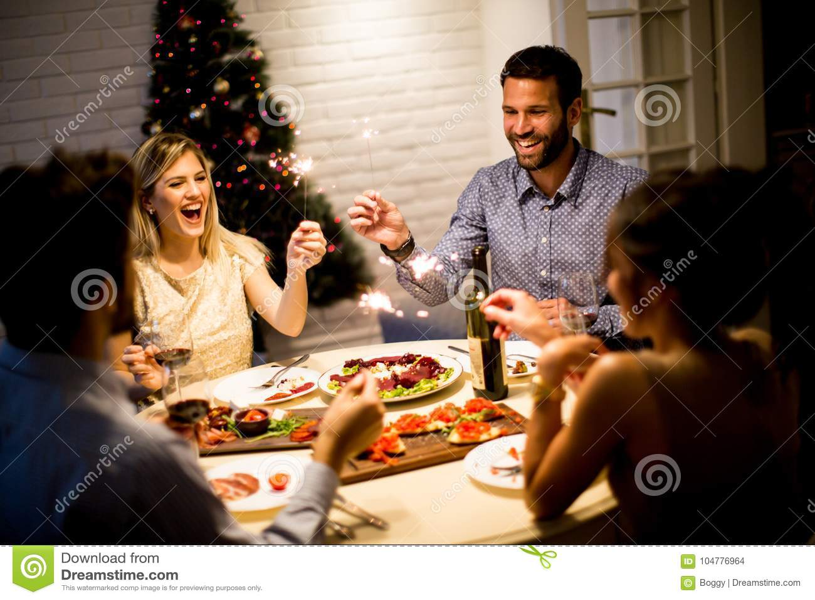 Vänner som firar helgdagsafton för jul eller för nytt år