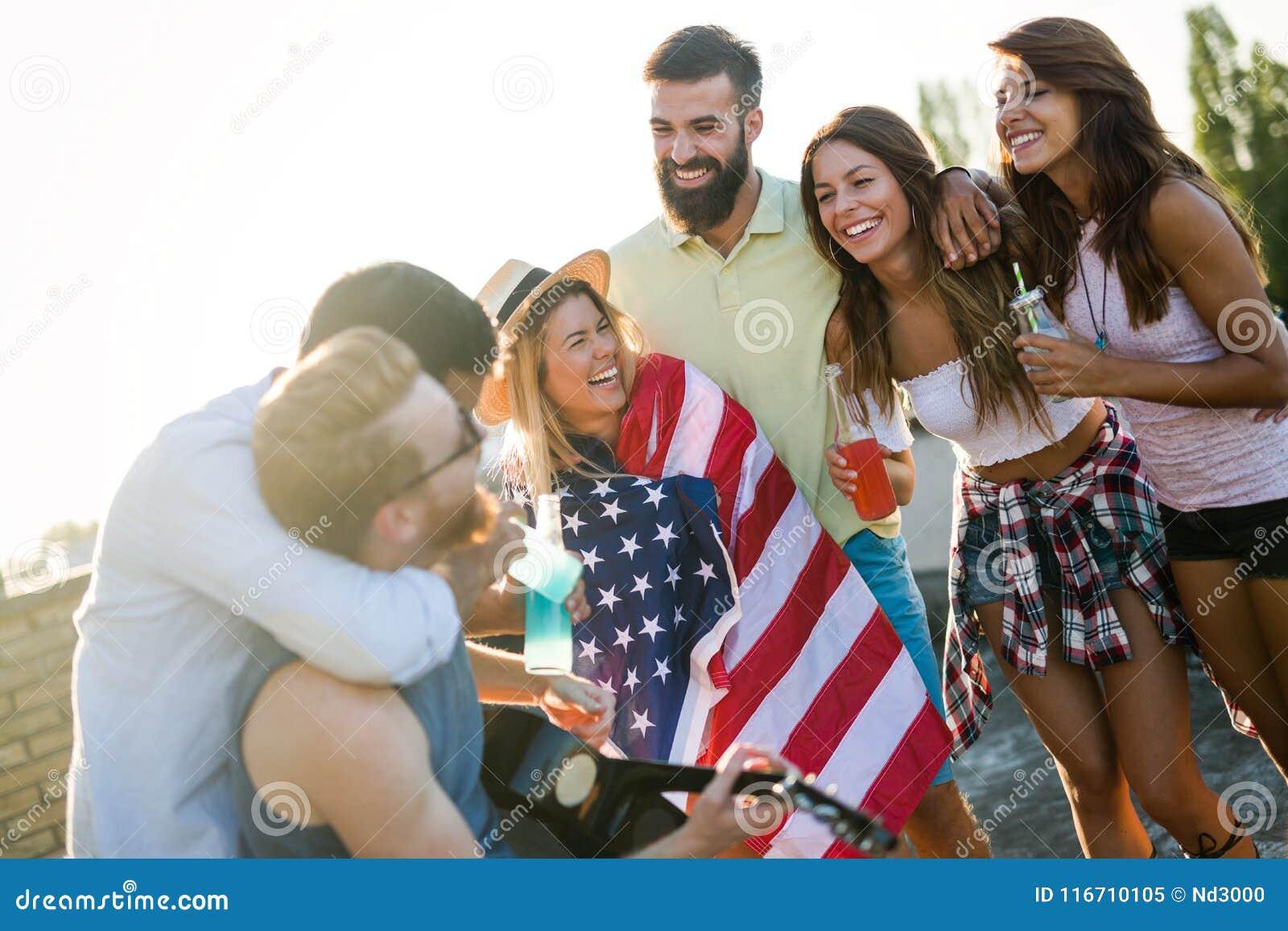 Vänner som firar 4th av Juli ferie