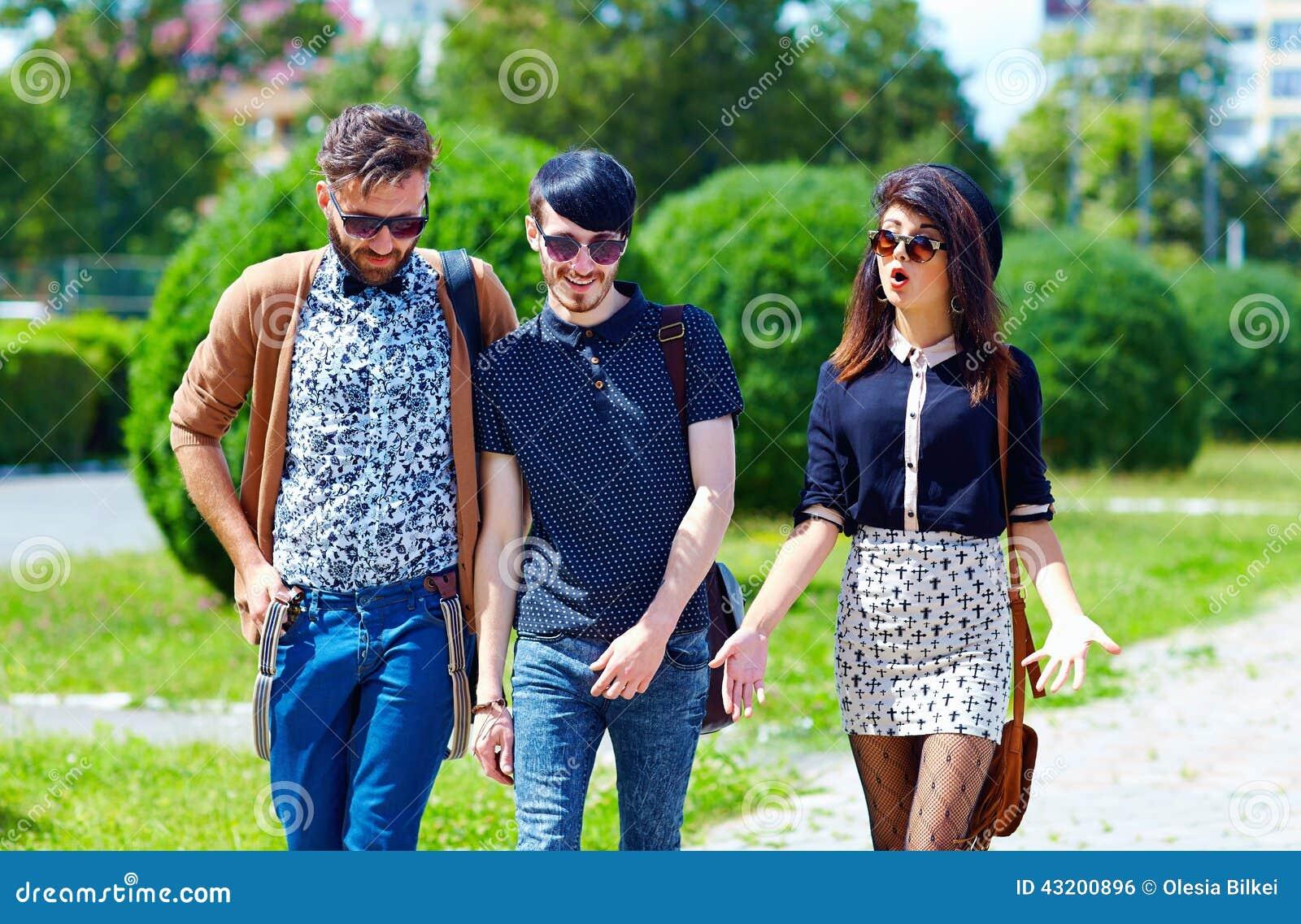 Download Vänner Som Går På Gatan, Ungdomkultur Arkivfoto - Bild av utomhus, kulturellt: 43200896