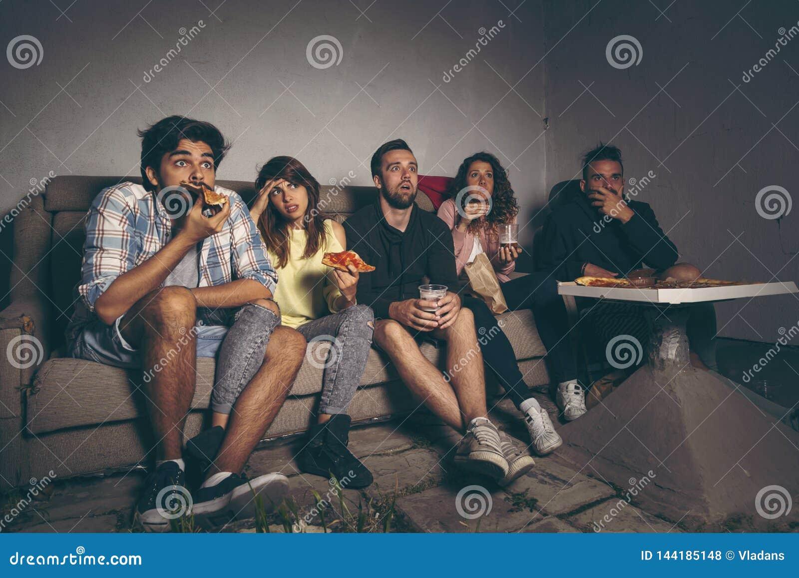 Vänner som håller ögonen på en film