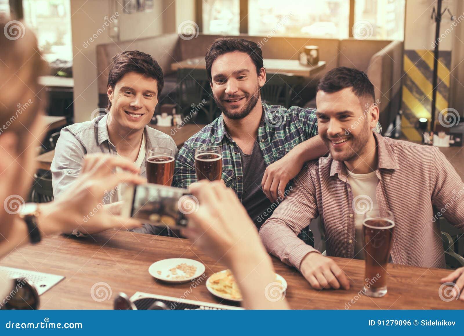 Vänner som har gyckel i bar
