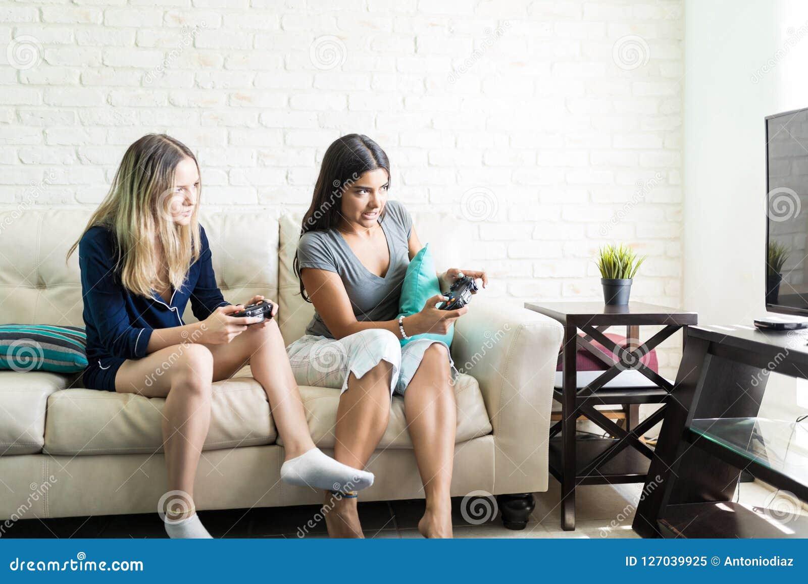 Vänner som konkurrerar, medan spela videogamen hemma