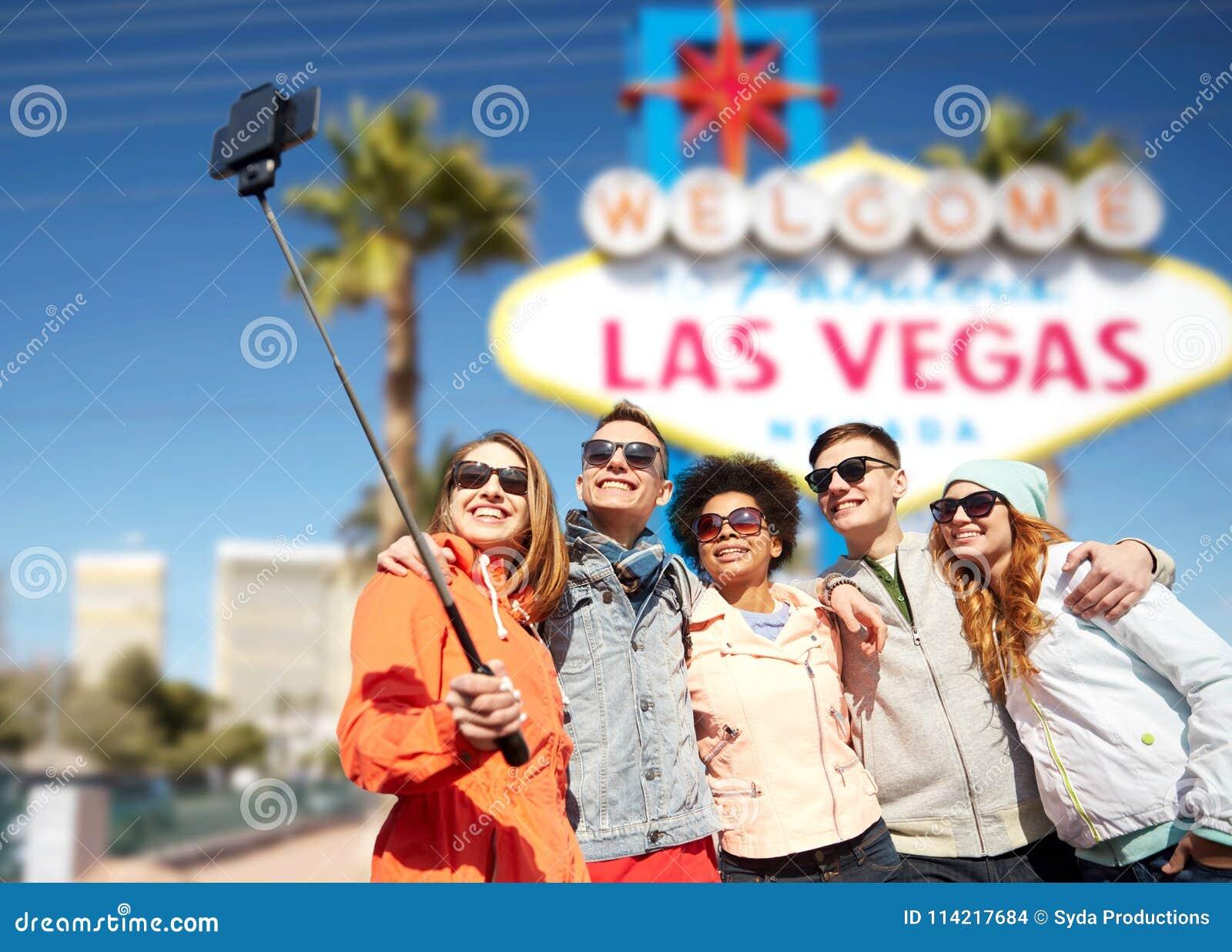 Vänner som reser till Las Vegas och tar selfie