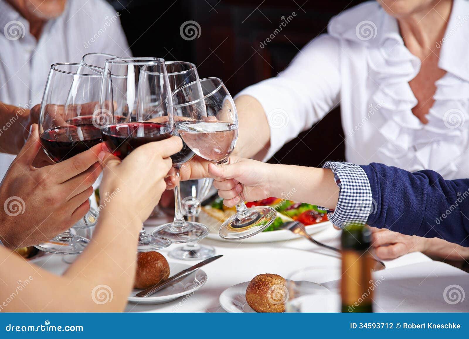 Vänner som rostar med exponeringsglas