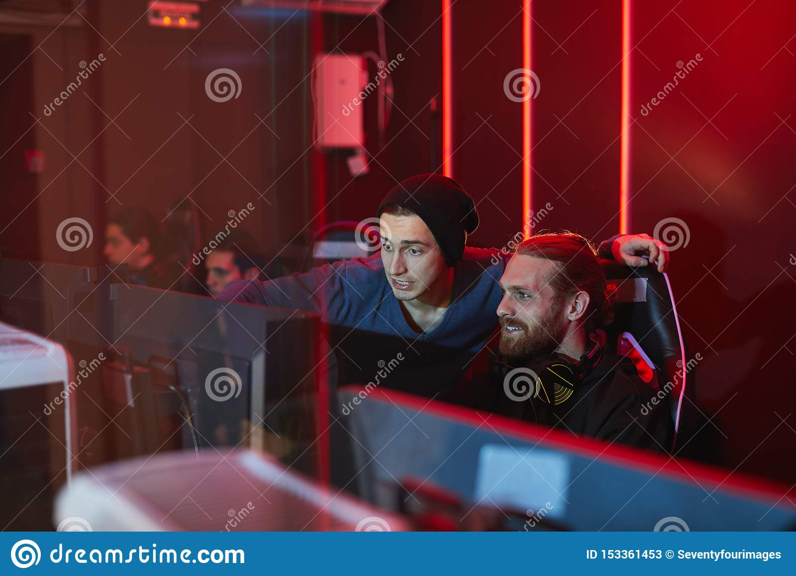Vänner som spelar dataspelen i modig klubba för PC