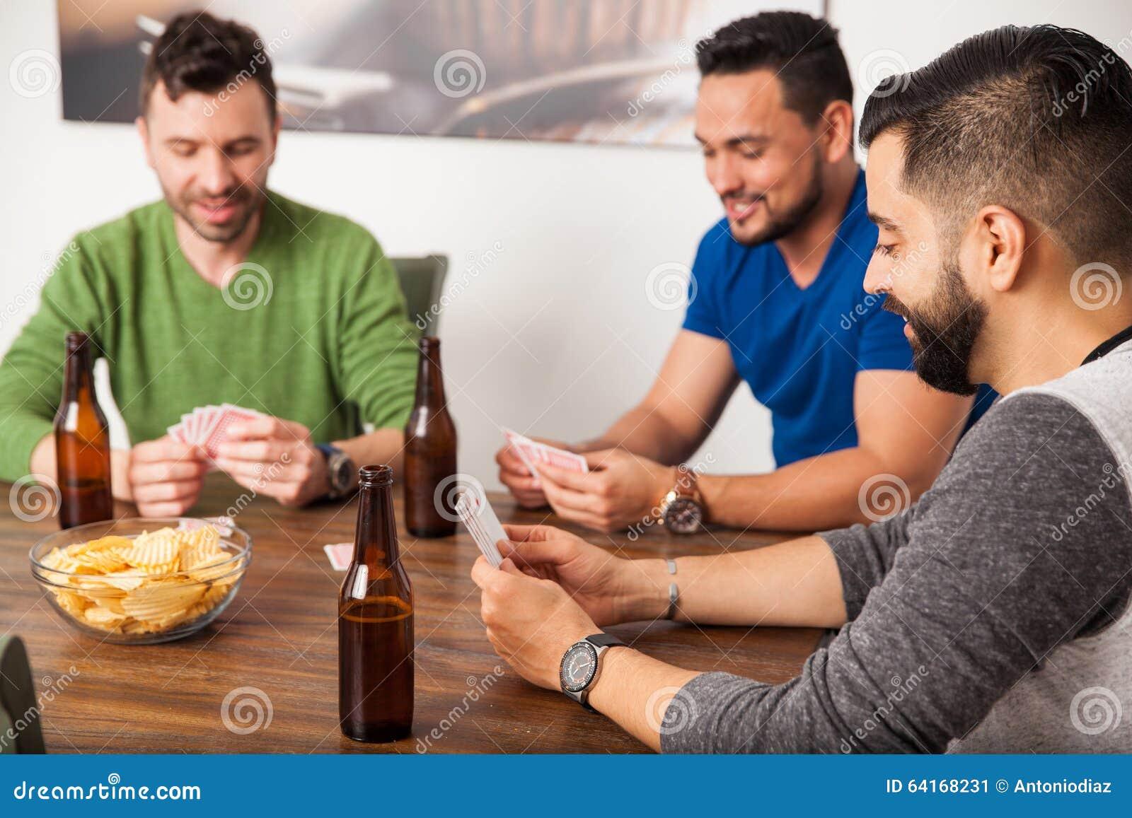 Vänner som spelar kort och ut hänger