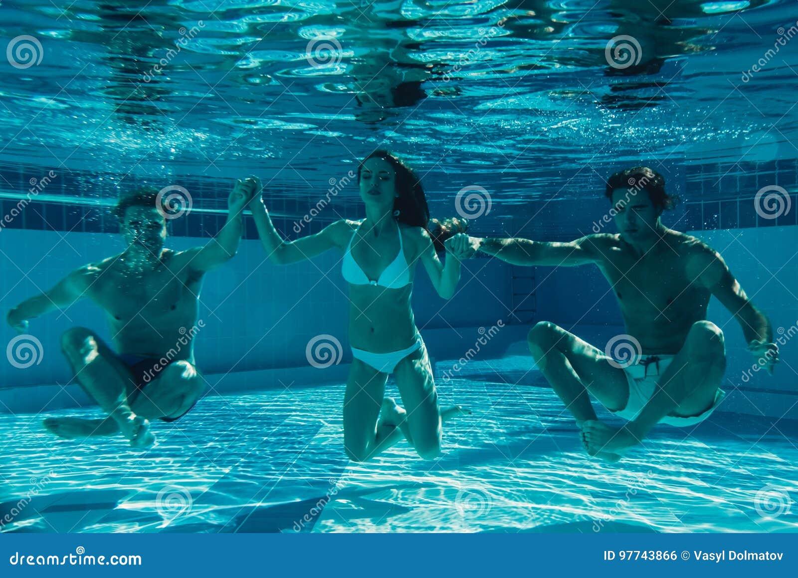 Vänner under vatten i simbassäng