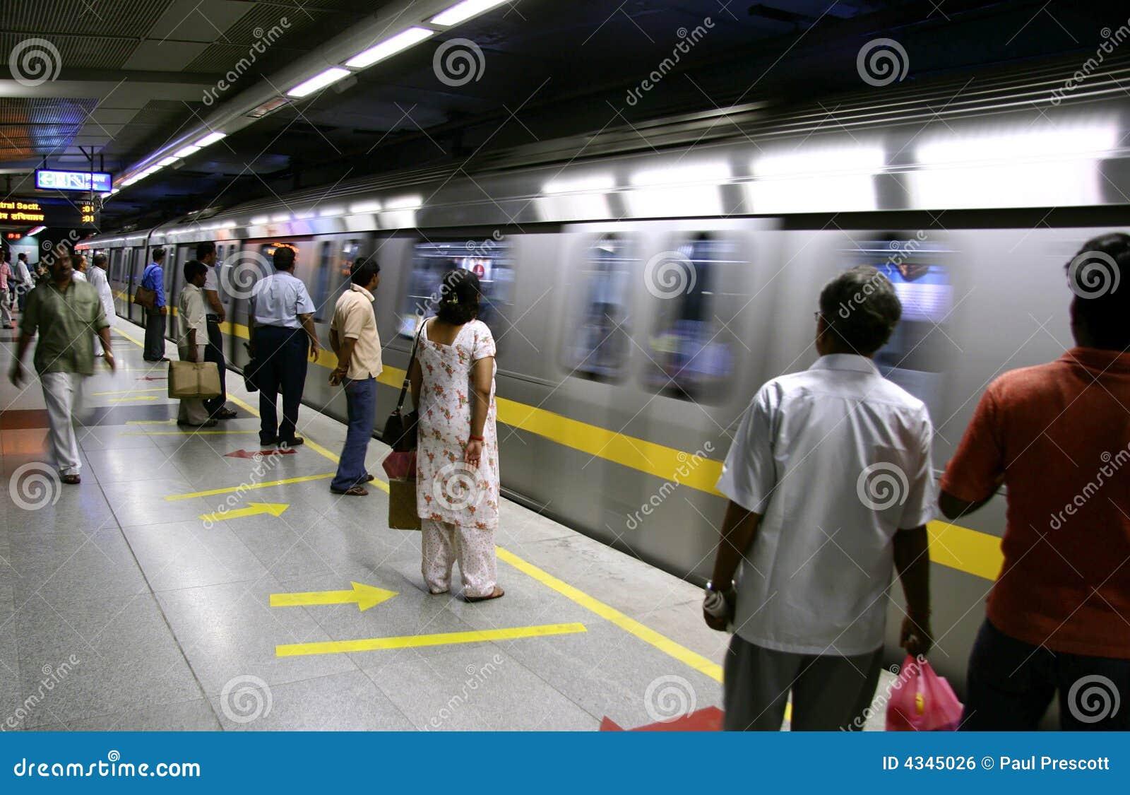 Vänta på drevet för delhi metropassagerare