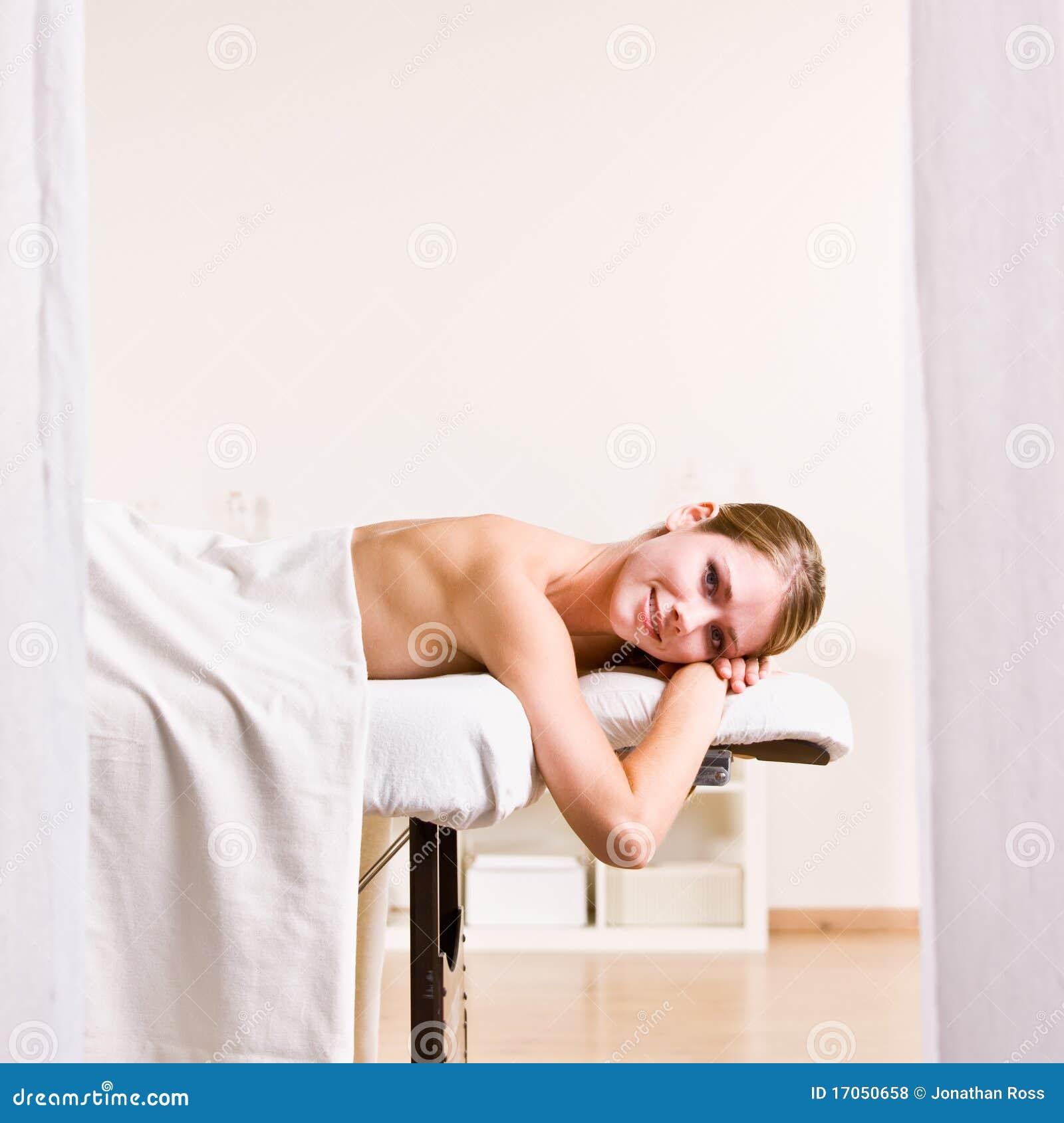 Väntande kvinna för massage