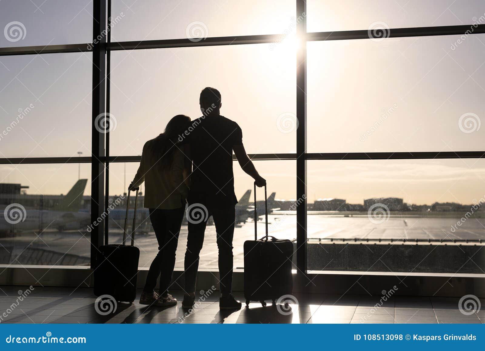 Väntande på flyg för par i flygplats