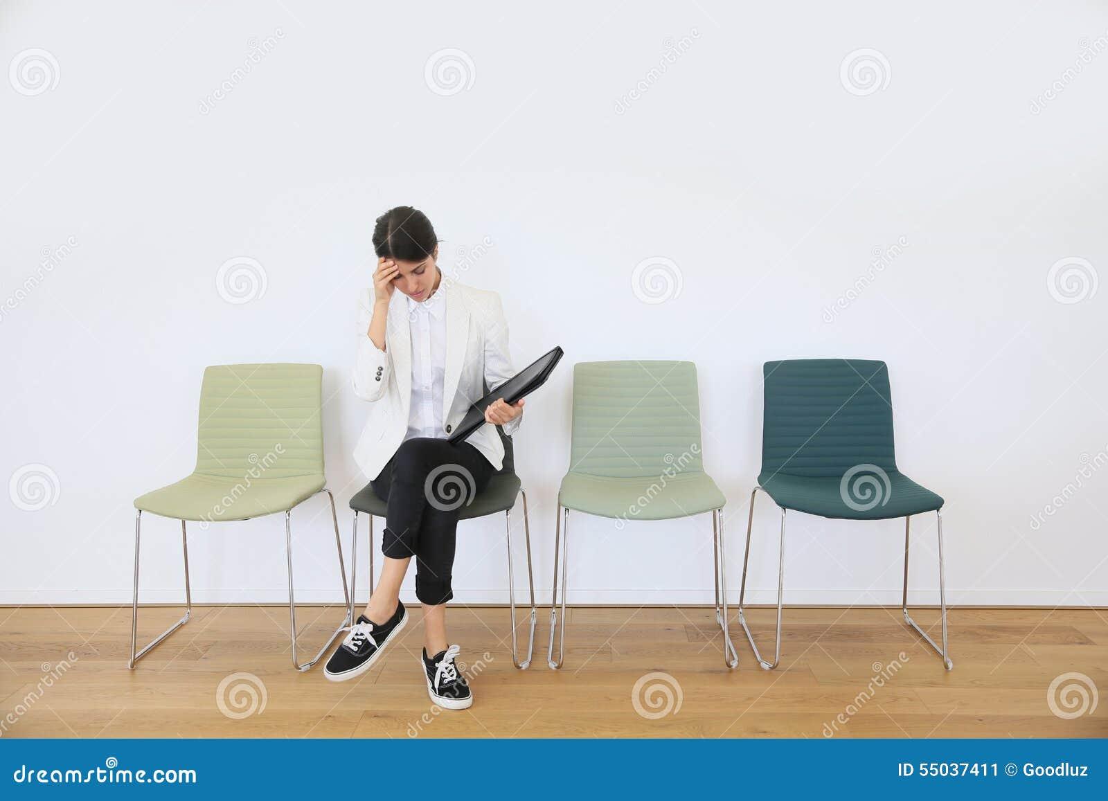 Väntande på jobbintervju för ung kvinna