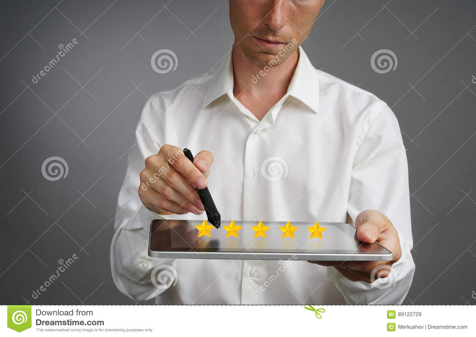 Värdering eller rang för fem stjärna som jämför begrepp Mannen med minnestavlaPC bedömer service, hotellet, restaurang