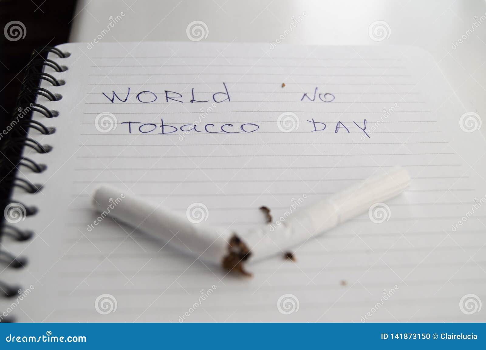 Värld ingen tobakdag, inget - röka dag Bruten cigarett på affärsanteckningsboken, minimalism