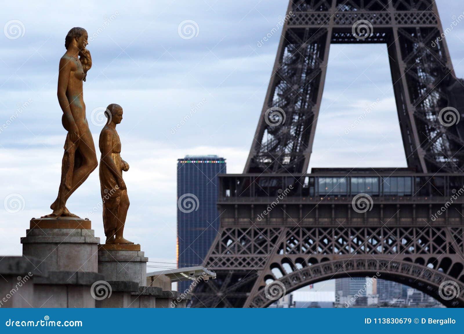 Värld mest berömd gränsmärkeEiffeltorn i Paris Frankrike under soluppgång inga personer i bild