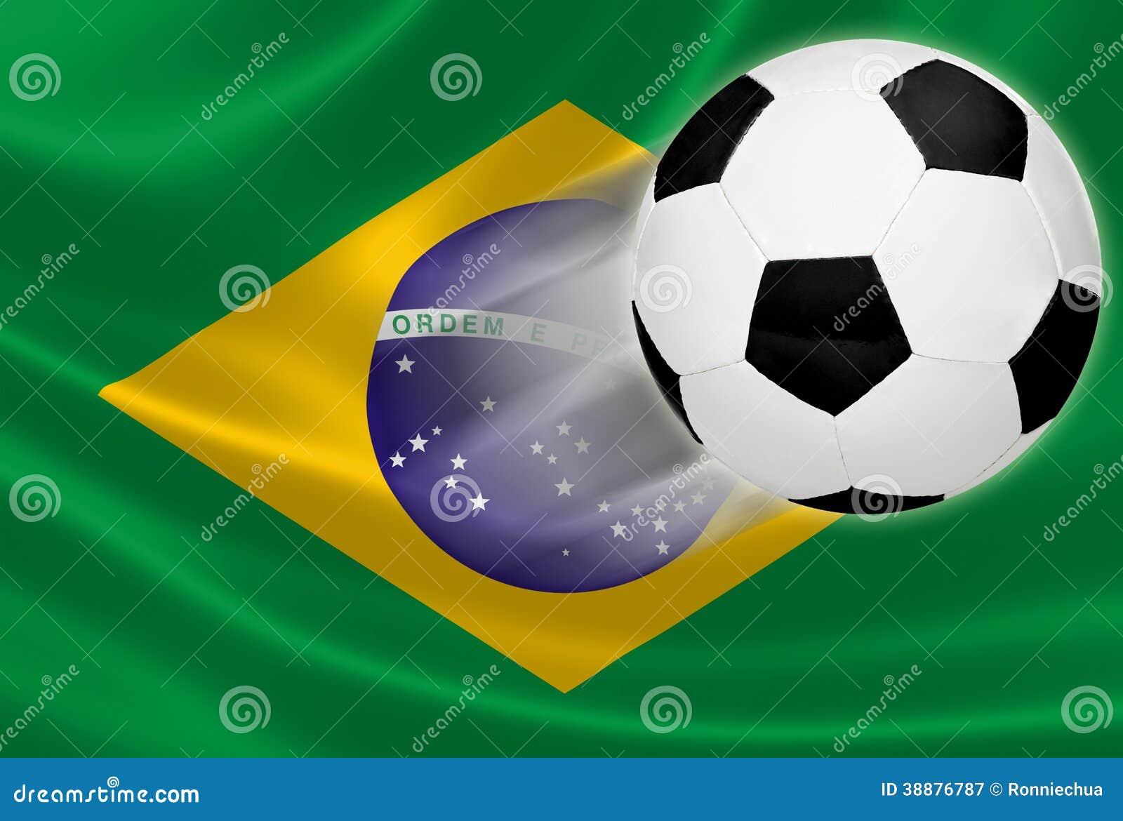 Världscup 2014: Fotbollboll på brasiliansk flagga