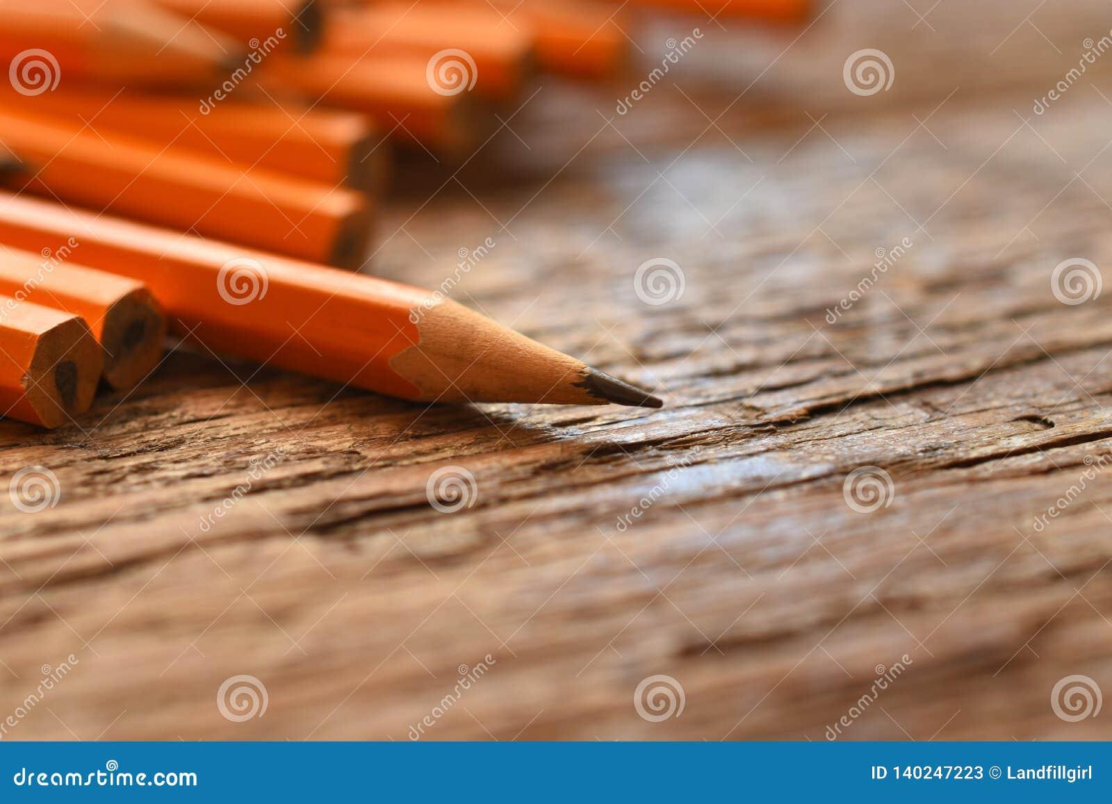 Vässade gula blyertspennor stänger sig upp