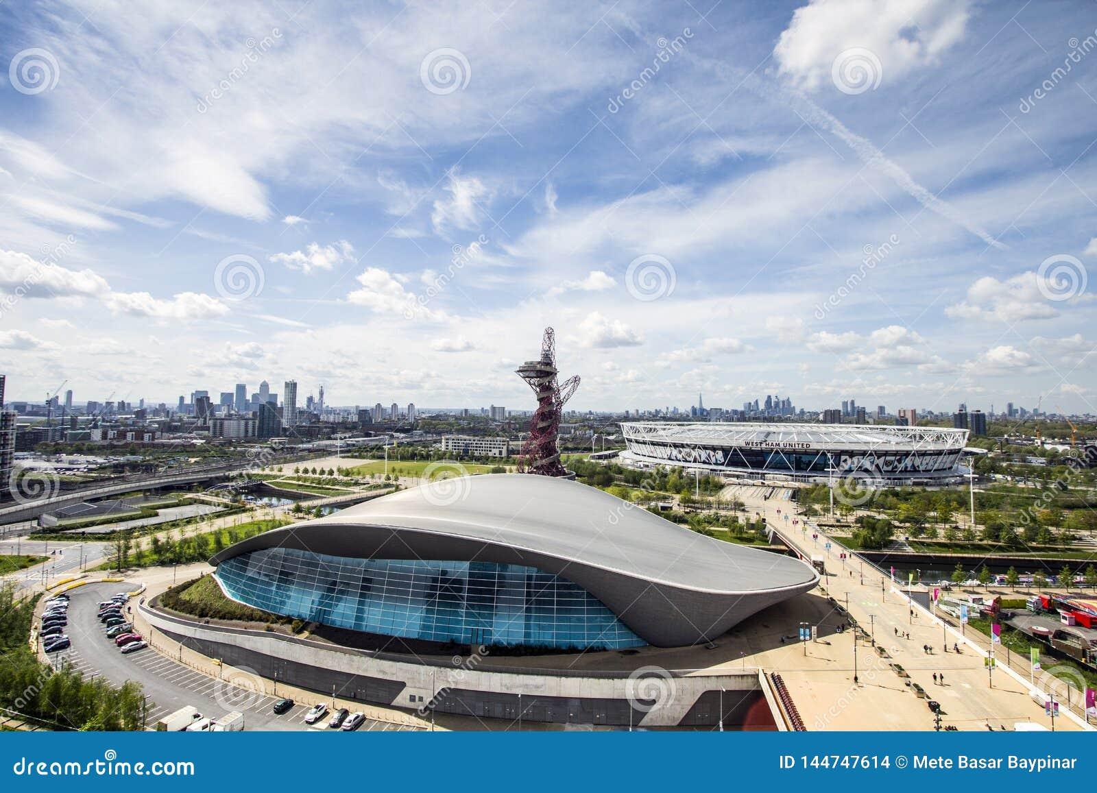 Västra Ham United London Stadium och London Aquatics centrerar framtill, Canary Wharf och staden av London på horisonten